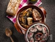 Разложка капама със сарми от кисело зеле, пълнени чушки, свинско месо и наденица в гювеч или глинено гърне